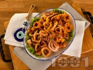 Класически пържени калмари по гръцки панирани в брашно на тиган